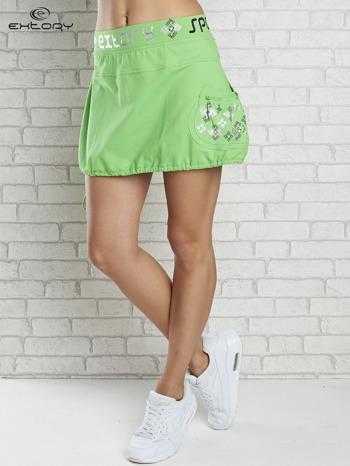 Zielona spódnica dresowa z nadrukami i troczkiem na dole                                  zdj.                                  1