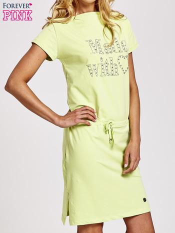 Zielona sukienka dresowa wiązana w pasie z aplikacją z dżetów                                  zdj.                                  3