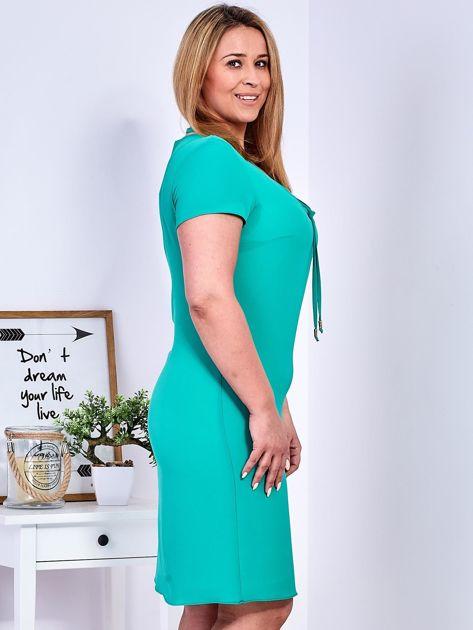 Zielona sukienka z ozdobnym wiązaniem PLUS SIZE                              zdj.                              4