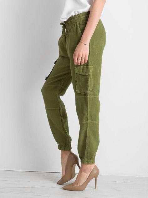 Zielone lniane spodnie cargo                              zdj.                              3