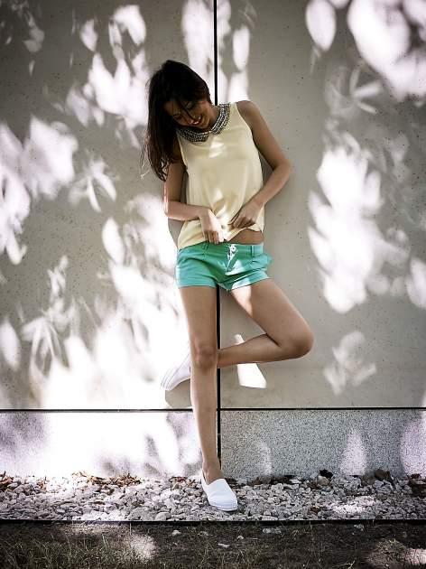 Zielone materiałowe szorty z podwijaną nogawką                                  zdj.                                  8