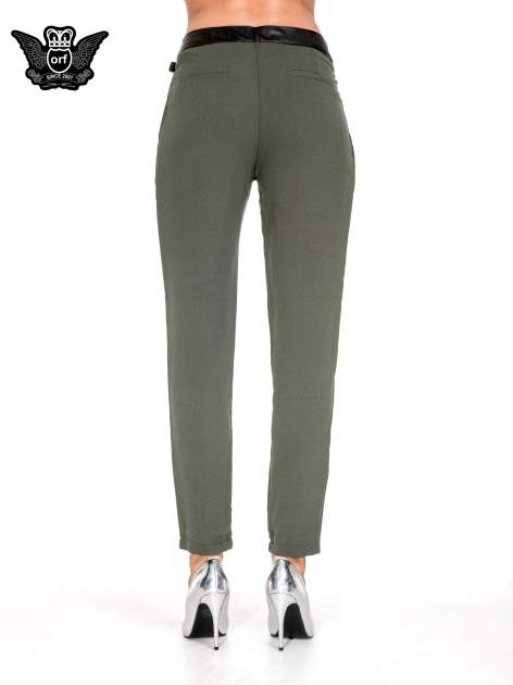 Zielone spodnie materiałowe ze skórzanym pasem                                  zdj.                                  5