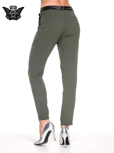 Zielone spodnie materiałowe ze skórzanym pasem                                  zdj.                                  4