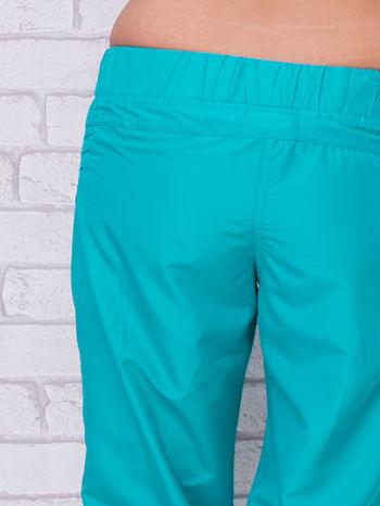 Zielone spodnie sportowe capri z guzikami                                  zdj.                                  3
