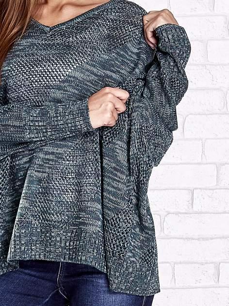 Zielony melanżowy sweter oversize o kroju nietoperz                                  zdj.                                  7