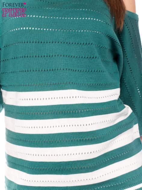 Zielony sweter w paski z szerokim dekoltem                                  zdj.                                  5