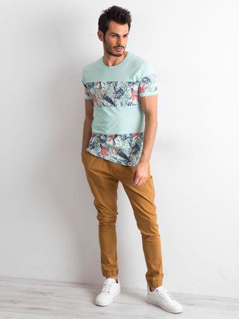 Zielony t-shirt męski z motywem roślinnym                              zdj.                              3