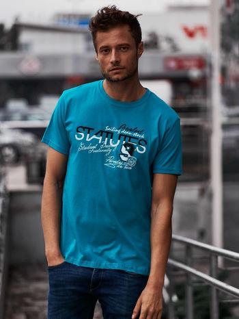 Zielony t-shirt męski z nadrukiem napisów i cyfrą 9                                  zdj.                                  1