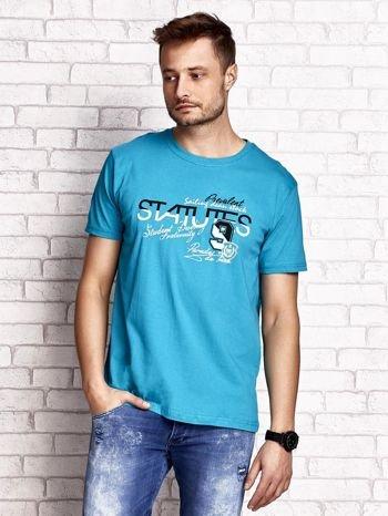 Zielony t-shirt męski z nadrukiem napisów i cyfrą 9                                  zdj.                                  2