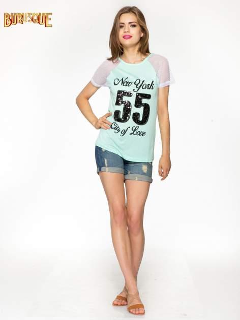 Zielony t-shirt z nadrukiem NEW YORK 55 i siatkowymi rękawami                                  zdj.                                  2