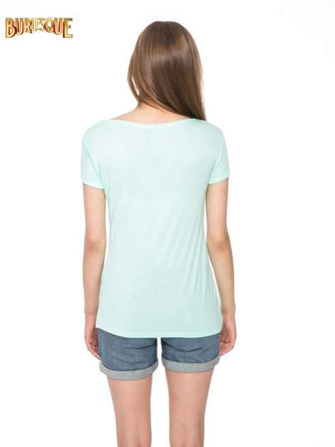 Zielony t-shirt z nadrukiem kota i myszy                                  zdj.                                  4