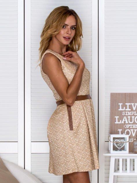 Złota sukienka koktajlowa o wyrazistej fakturze                               zdj.                              3