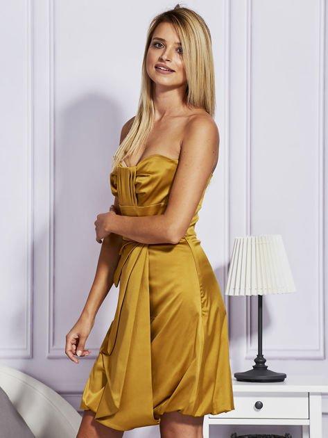 Złota sukienka z drapowaną falbaną                                  zdj.                                  2