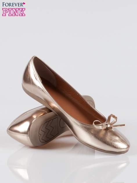 Złote baleriny faux leather z kokardką na niskim koturnie                                  zdj.                                  4