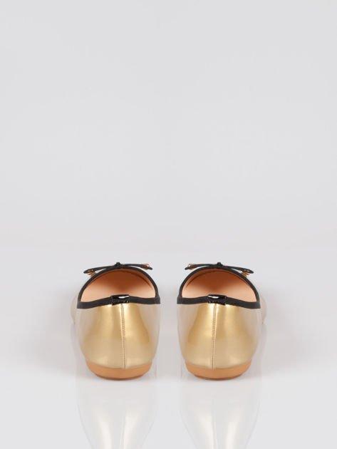 Złote baletki faux leather Evy z czarną kokardką i lamówką                              zdj.                              3