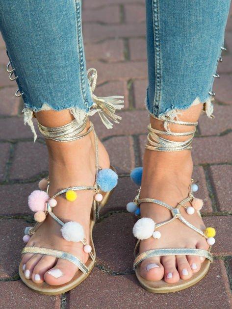 Złote sandały z kolorowymi pomponikami wiązane wokół kostki rzemykiem z ozdobnym chwostem                              zdj.                              1