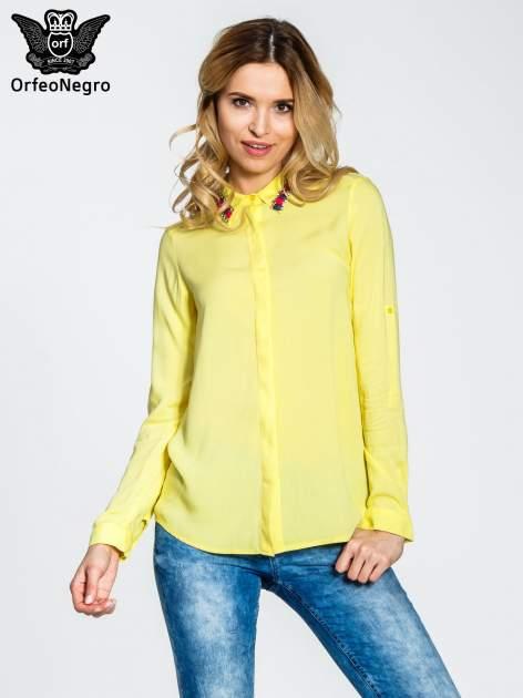 Żółta bluzka koszulowa z biżuteryjnym kołnierzykiem