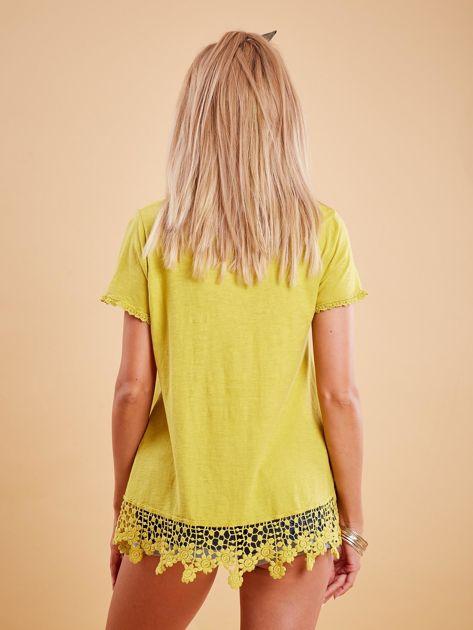 Żółta bluzka z koronkowym wykończeniem                              zdj.                              2
