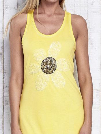 Żółta dekatyzowana sukienka maxi z cekinowym kwiatem                                  zdj.                                  5