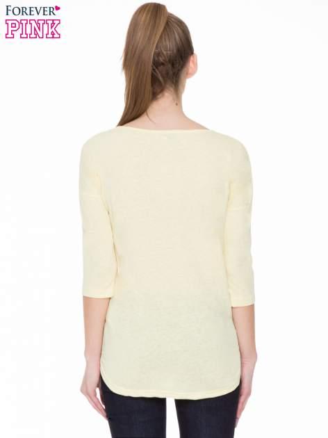 Żółta gładka bluzka z ozdobnymi przeszyciami                                  zdj.                                  4