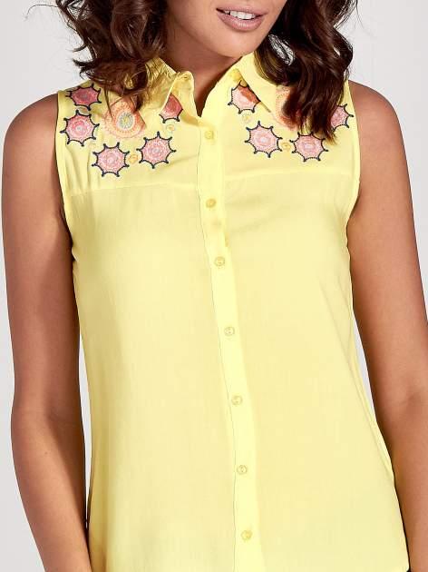 Żółta koszula bez rękawów z kolorowym haftem na górze                                  zdj.                                  7