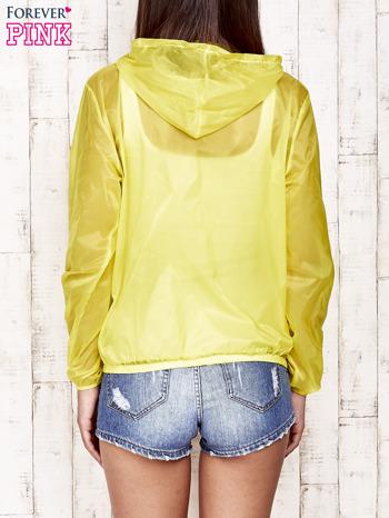 Żółta kurtka wiatrówka z kapturem