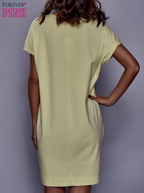 Żółta sukienka dresowa z kieszeniami po bokach                                  zdj.                                  4