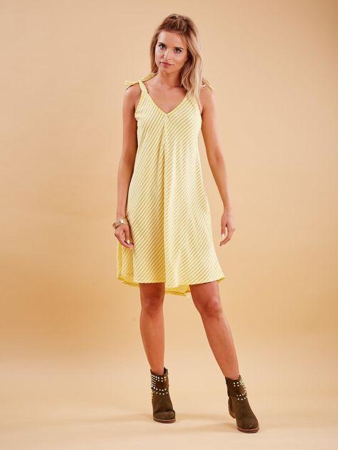 Żółta sukienka w paski wiązana na ramionach                              zdj.                              4