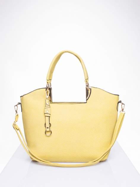 Żółta torebka miejska z ozdobną przypinką