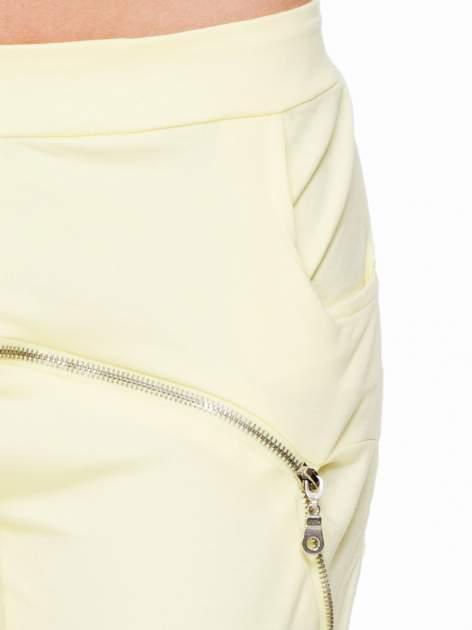 Żółte spodnie dresowe typu baggy z suwakiem                                  zdj.                                  5