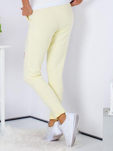 Żółte spodnie dresowe z naszywkami                              zdj.                              2