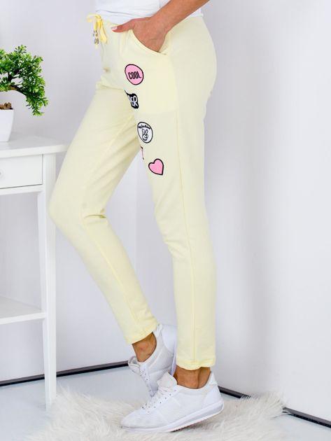 Żółte spodnie dresowe z naszywkami                              zdj.                              5