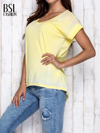 Żółty asymetryczny t-shirt z trójkątnym dekoltem                                  zdj.                                  4