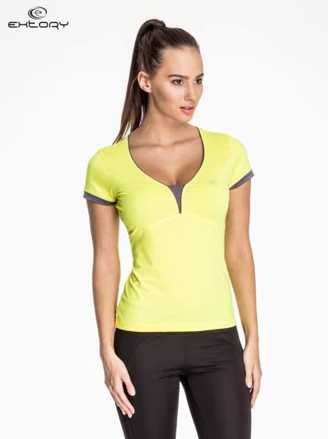 Żółty damski t-shirt sportowy w paski z lamówką                                  zdj.                                  1