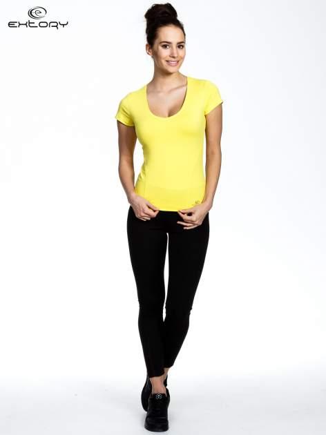 Żółty damski t-shirt sportowy z dekoltem U                                  zdj.                                  2