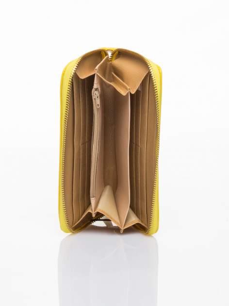 Żółty lakierowany portfel z rączką                                  zdj.                                  3