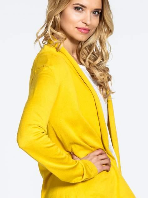 Żółty otwarty sweter narzutka z dłuższym tyłem                                  zdj.                                  6