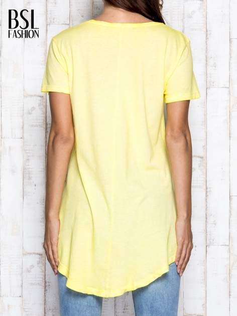 Żółty t-shirt acid wash z asymetrycznym dołem                                  zdj.                                  2