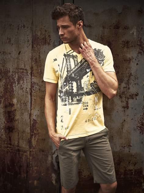 Żółty t-shirt męski z miejskim nadrukiem                                  zdj.                                  1