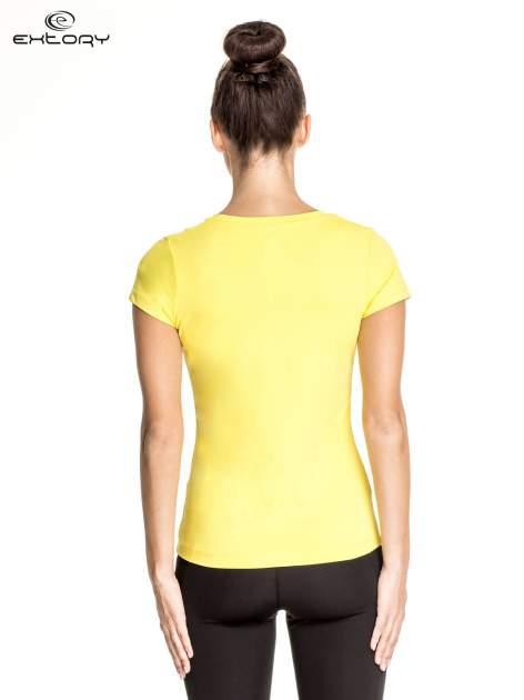 Żółty t-shirt sportowy z dekoltem V-neck PLUS SIZE                                  zdj.                                  2