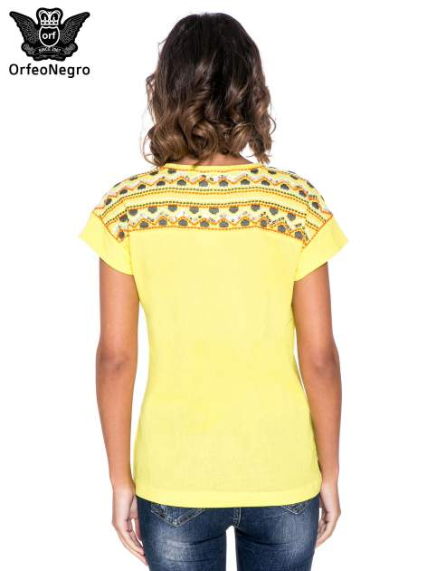 Żółty t-shirt z haftem na plecach zdobionym cekinami                                   zdj.                                  4