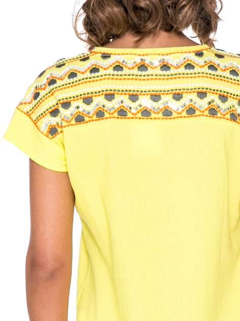 Żółty t-shirt z haftem na plecach zdobionym cekinami                                   zdj.                                  5