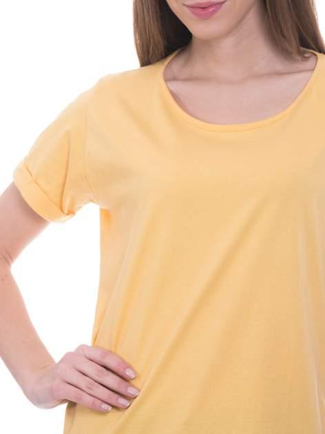 Żółty t-shirt z napisem ARTIST WANTED na plecach                                  zdj.                                  5