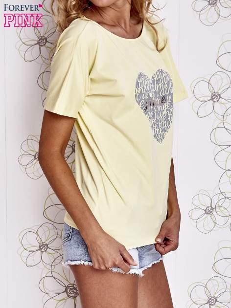 Żółty t-shirt z napisem JE T'AIME i dekoltem na plecach                                  zdj.                                  3