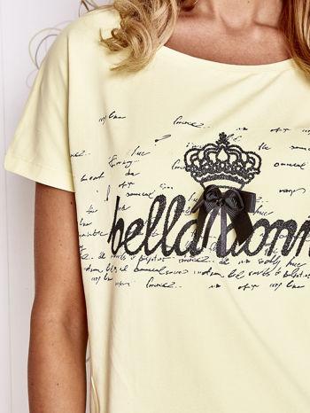 Żółty t-shirt z ozdobnym napisem i kokardą                                  zdj.                                  5