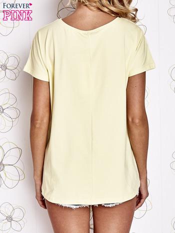 Żółty t-shirt z ozdobnym napisem i kokardą                                  zdj.                                  2