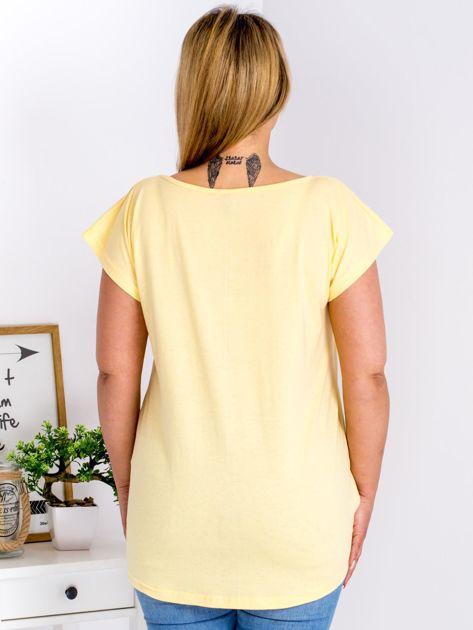 Żółty t-shirt z roślinnym motywem PLUS SIZE                              zdj.                              2