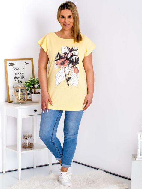 Żółty t-shirt z roślinnym motywem PLUS SIZE                              zdj.                              4