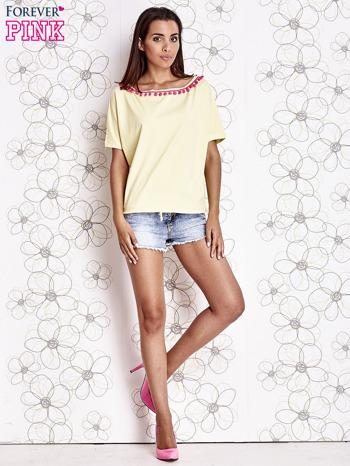 Żółty t-shirt z różowymi pomponikami przy dekolcie                                  zdj.                                  2