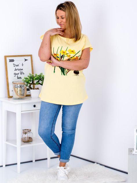 Żółty t-shirt z żonkilami PLUS SIZE                              zdj.                              4